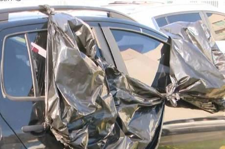 Vítima foi baleada dentro do carro