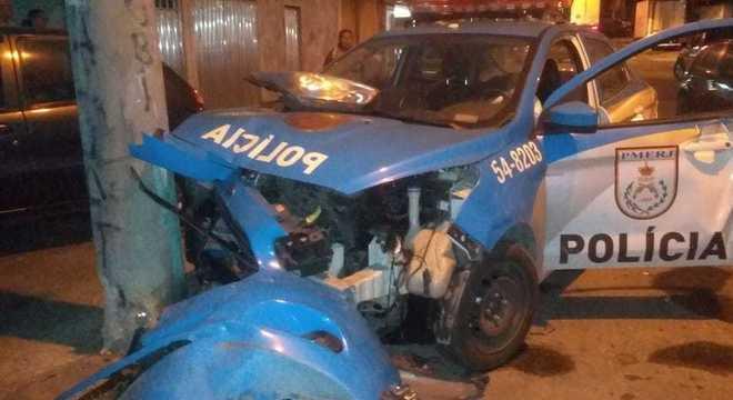 Viatura bateu contra o poste  após ser atingida por carro com suspeitos