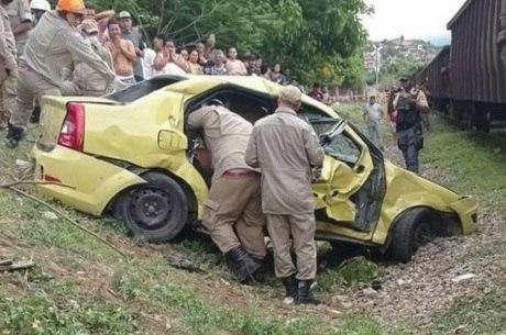 Carro ficou parcialmente destruído com impacto