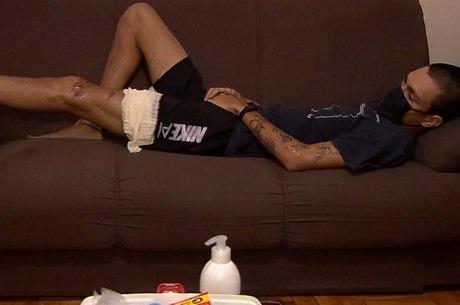 Matheus ferimentos na perna e na costela