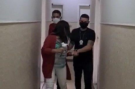Cuidadora foi presa temporariamente pelos roubos