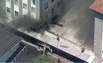 De acordo com informações do Corpo de Bombeiros, as chamas começaram no almoxarifado do subsolo do prédio 1, onde fica a emergência, por volta das 9h