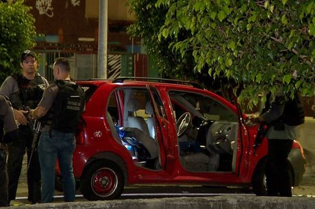 Policiais civis realizam perícia no carro logo após o crime