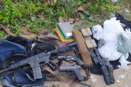 Armamento e drogas foram apreendidas durante ação