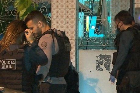 Agentes fizeram perícia no local logo após o crime
