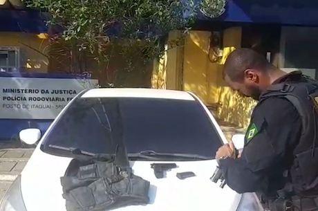Agentes apreenderam armas e colete no carro