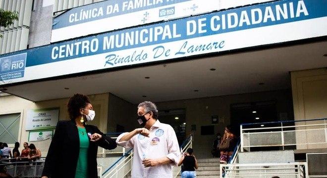 Renata Souza visitou a clínica da família da Rocinha