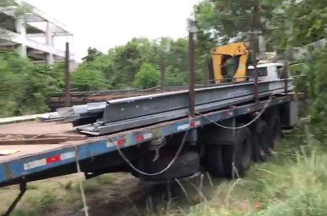 Caminhões e guindastes foram usados em furto