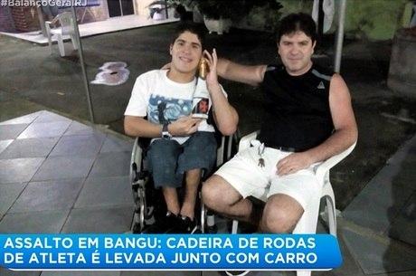 Pai e filho foram abordados por suspeitos no domingo