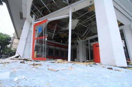 Agência bancária ficou destruída após explosão
