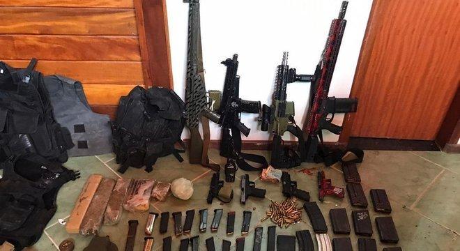Grande quantidade de armas foram apreendidas