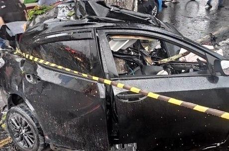 Veículo ficou destruído após acidente