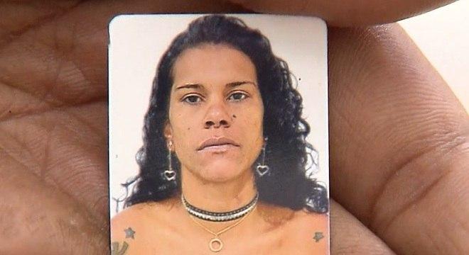 Companheiro de Zilda carrega em suas mãos a foto 3 x 4 da vítima