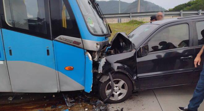 Carro que seguia na contramão colidiu com ônibus articulado