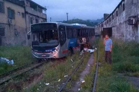 Ônibus ficou parcialmente destruído após impacto