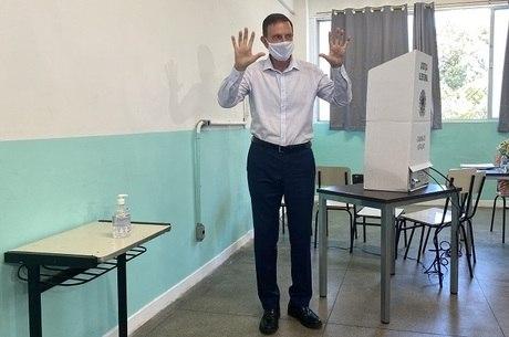 Crivella  votou por volta das 10h na zona oeste do Rio