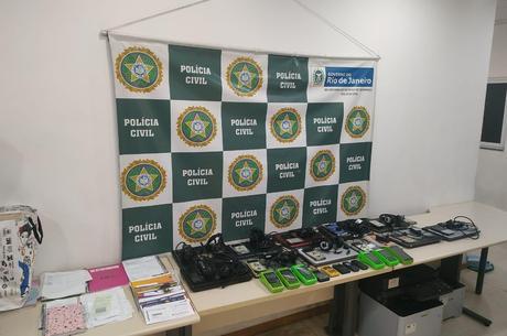 Polícia apreendeu objetos usados para realizar golpe
