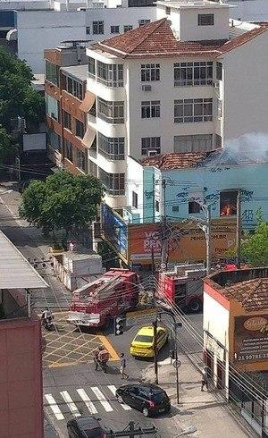 Prédio é atingido por incêndio
