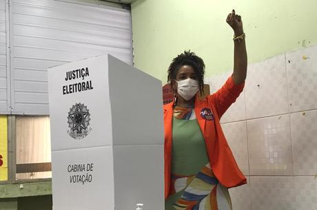 Renata votou no Complexo da Maré, na zona norte do Rio