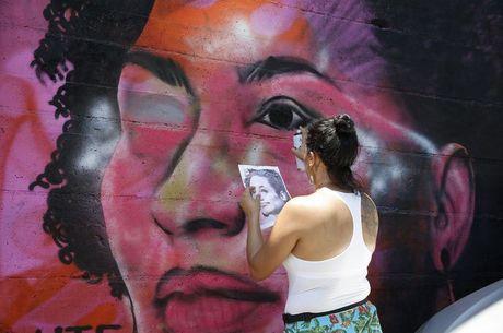 Grafiteira passou a quarta tentando restaurar o grafite atacado