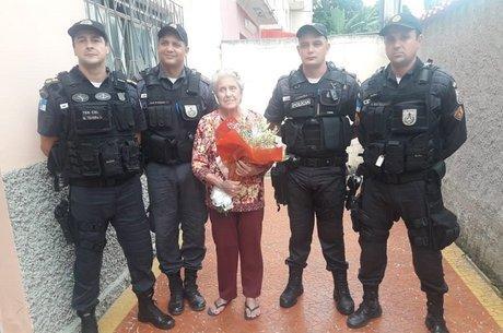 Idosa ganhou buquê de flores de policiais militares