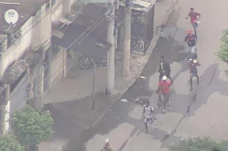 Suspeitos fogem da PM na Cidade de Deus