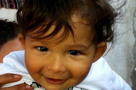 Enzo, de 3 anos, foi arremessado pela janela pelo padrasto
