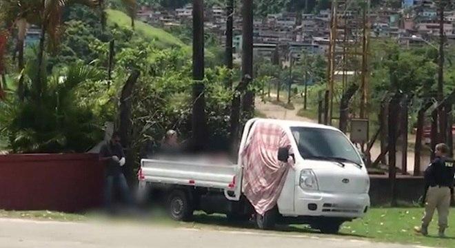 Caminhão com corpos foi encontrado em Angra após guerra entre traficantes