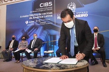 Claudio Castro assinou escritura do terreno