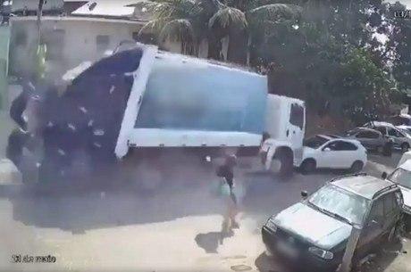 Mulher por pouco não é atropelada por caminhão