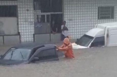 Carros ficaram debaixo d'água em São João de Meriti
