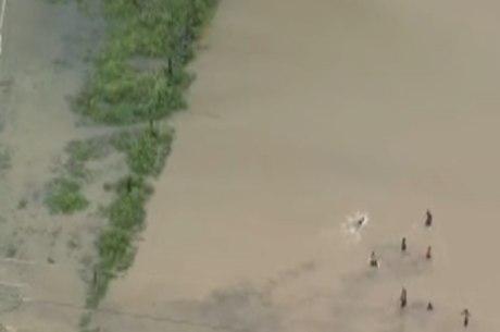 Helicóptero flagrou crianças em água de chuva