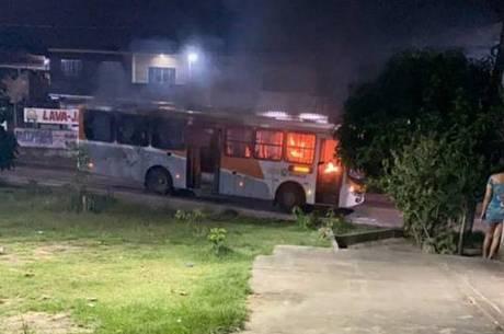 Criminosos da região ainda atearam fogo em ônibus