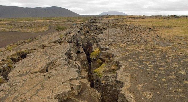 Terra rachada por tremores, em foto de arquivo; Brasil tem pequenos terremotos semanalmente, mas muitos passam despercebidos