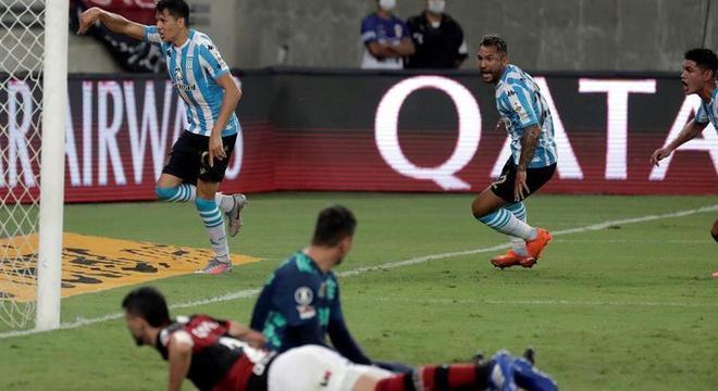 Jogadores do Racing comemoram gol contra o Flamengo