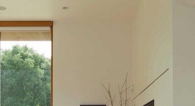 rack de madeira moderno para sala com parede de vidro