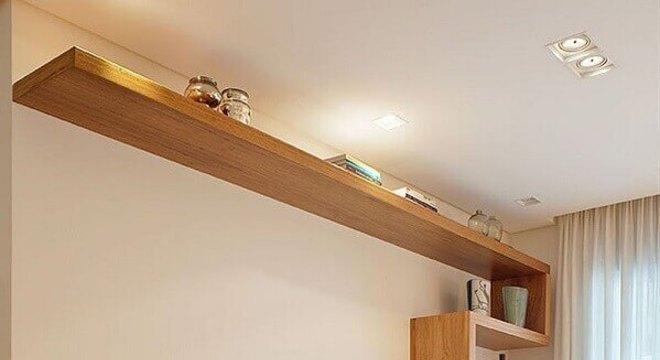 rack de madeira moderno para sala decorada em tons neutros