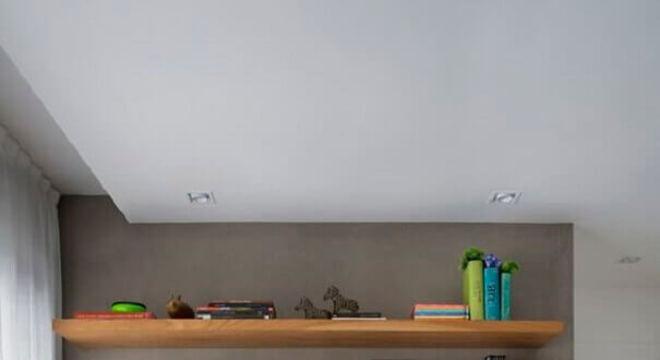 rack de madeira para sala com parede de cimento queimado