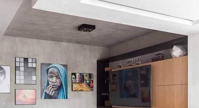 rack de madeira para sala moderna com teto e parede de cimento queimado