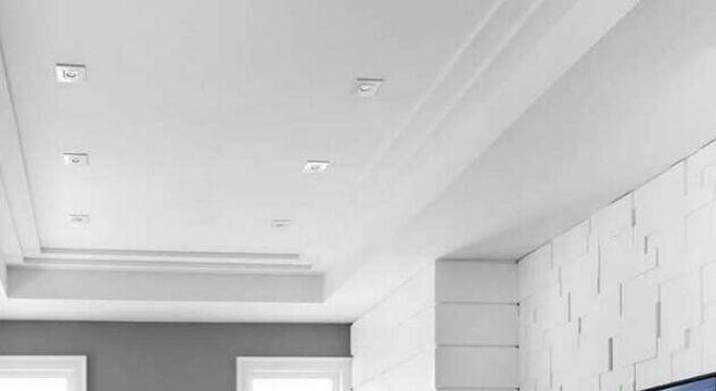 rack de madeira suspenso para sala ampla decorada com poltrona preta
