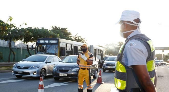 Agentes da CET fazem bloqueio na avenida Radial Leste, na zona leste de SP