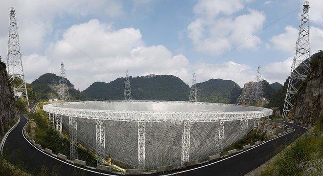 O FAST (na foto) é capaz de captar ondas de rádio em uma área duas vezes maior que o telescópio Arecibo, em Porto Rico