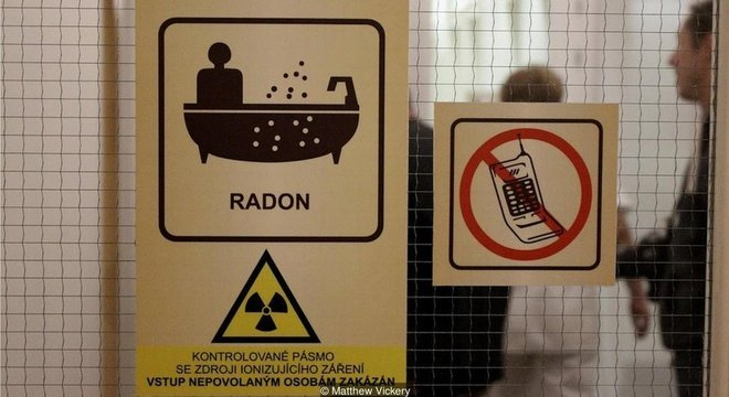 Adesivos de advertência com símbolo radioativo se espalham pelo local