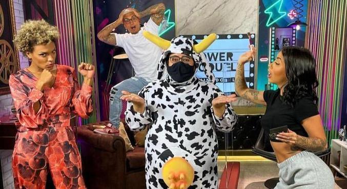 Rafael Camillo vestido de vaca durante a 'Live Power Couple'