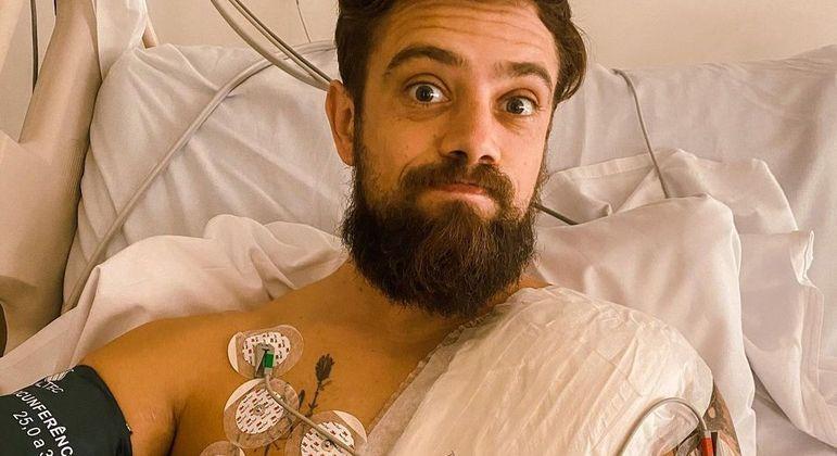 Artista revelou que precisou passar por uma cirurgia para a implantação de um aparelho