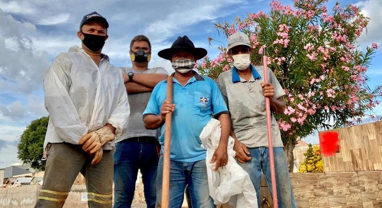 Rafael (o segundo, da esquerda para a direita) e seus companheiros de trabalho