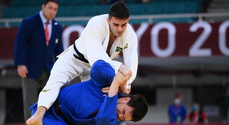 Rafael Macedo (de branco) leva golpe do judoca do Kazaquistão