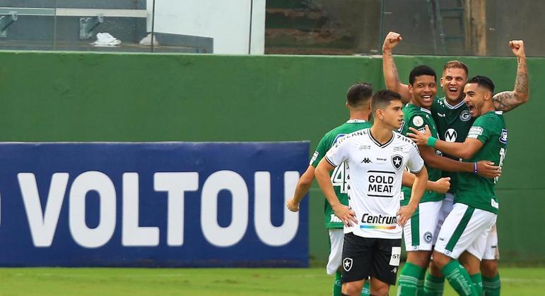 Ainda no início, Rafael Moura fez o gol que abriu caminho para a vitória do Goiás