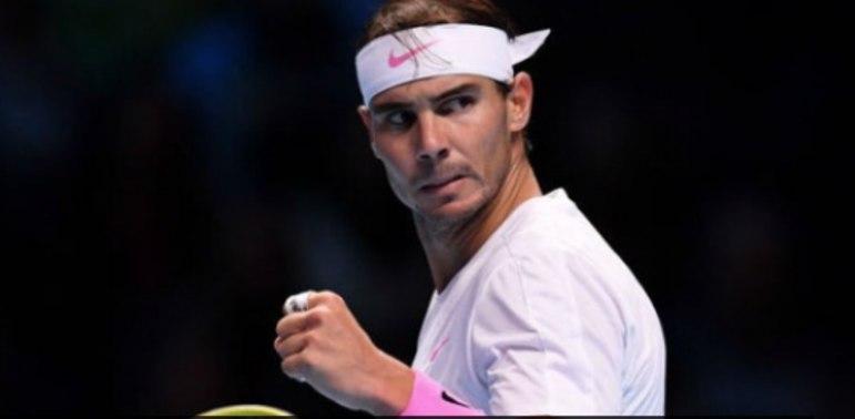 Rafael Nadal continua investindo na luta contra o coronavírus. O espanol, na origem de um movimento para incentivar esportistas espanhóis a arrecadar fundos, doou uma das camisetas que vestia durante seu último título em Roland Garros.