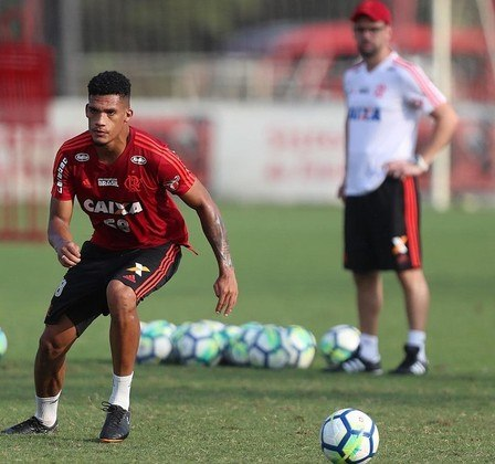 Rafael Santos (zagueiro) - Emprestado ao Apoel, do Chipre, o defensor assinou um contrato de dois anos (até maio de 2022) para ser cedido - e é titular da equipe. Com o Flamengo, Rafael Santos tem vínculo até dezembro de 2023.